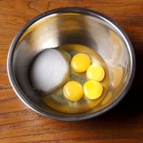 Eggs+egg yolks+sugar in a bowl