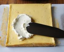 Spread the cream over the cake