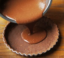 Pour the mousse into the tart shell