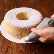 Pipe cream around cake
